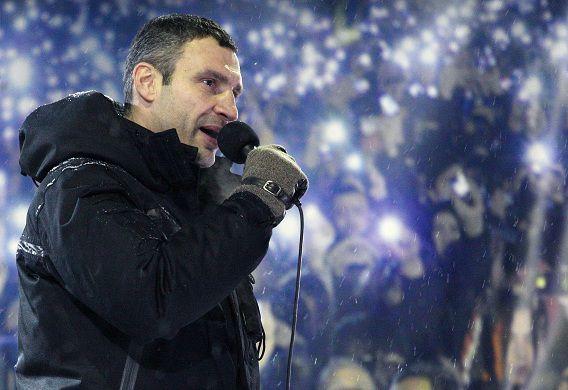 Leider van een grote oppositiepartij Vitaly Klitsjko spreekt de demonstranten op het Onafhankelijkheidsplein in Kiev toe.