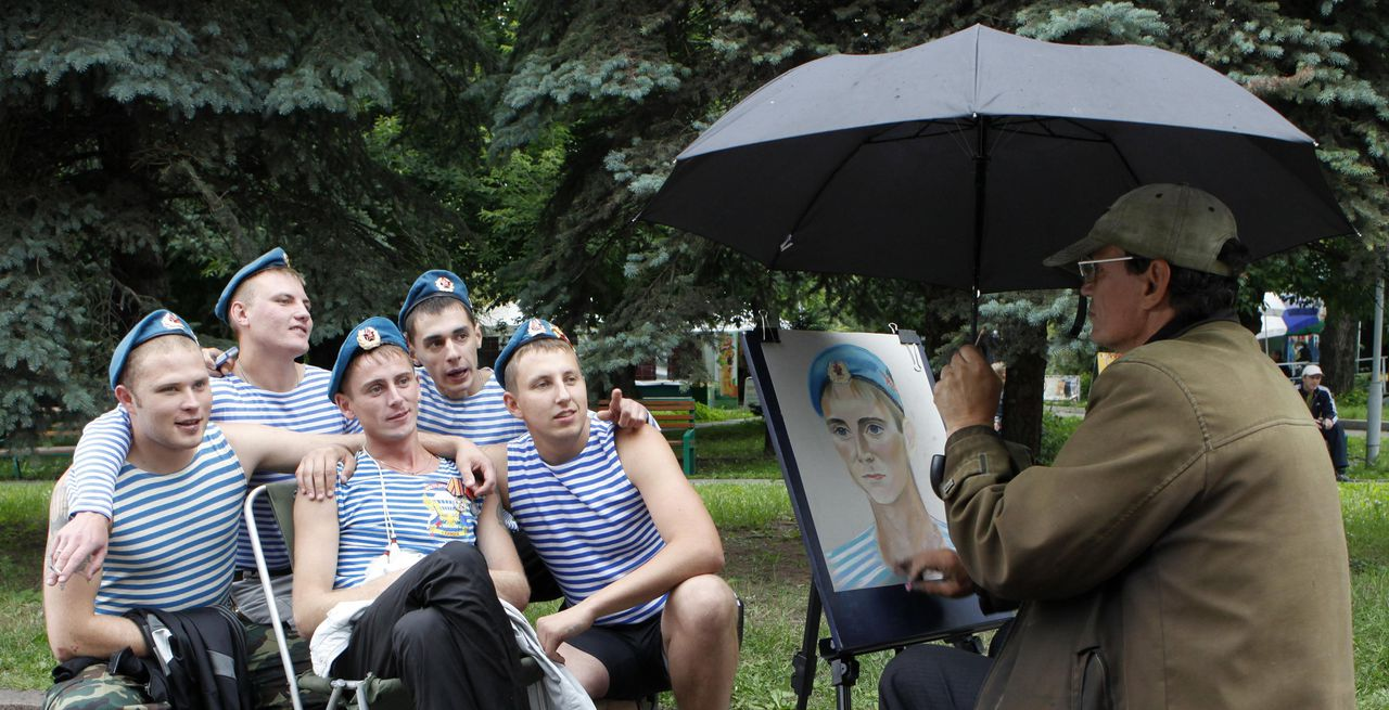 Russian former paratroopers pose for a portrait as they celebrate the forces' annual holiday in the Siberian city of Krasnoyarsk August 2, 2010. The holiday for the Russian airborne troops has been celebrated since the Soviet era till today. REUTERS/Ilya Naymushin (RUSSIA - Tags: ANNIVERSARY MILITARY)