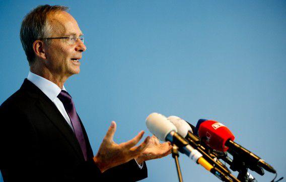 Minister van Economische Zaken Henk Kamp geeft een toelichting op de uitkomsten van het onderzoek naar de mogelijke risico's van boringen naar schaliegas. Kamp beslist pas in oktober of er proefboringen kunnen worden gedaan naar het gas.