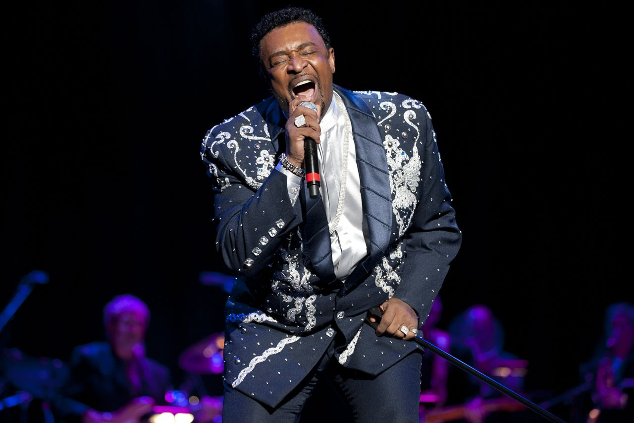 Dennis Edwards treedt in 2011 op in de Rock and Roll Hall of Fame.