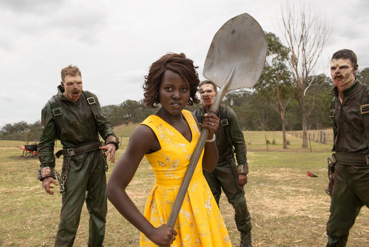Schooljuf Caroline (Lupita Nyong'o) onthooft zombies in 'Little Monsters'.