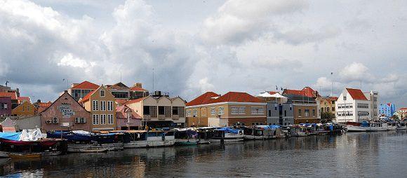 De handelskade in Willemstad, Curaçao.