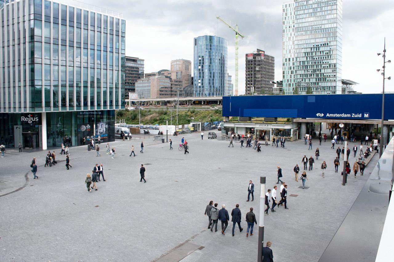 Station Amsterdam Zuid. In de plannen van NS en spoorbeheerder ProRail wordt station Zuid het tweede station van Amsterdam, met 300.000 reizigers per dag in plaats van de huidige 80.000.