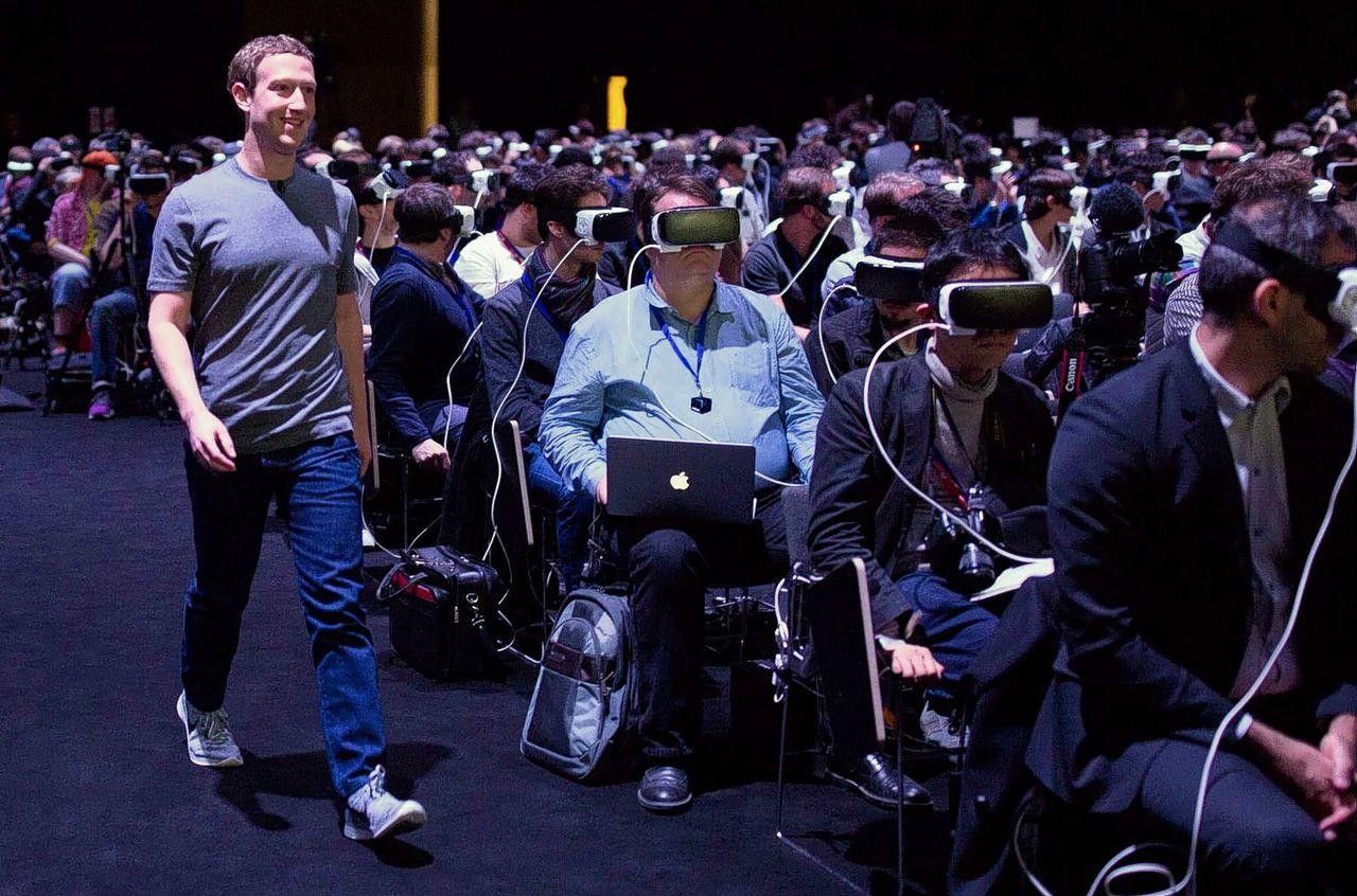 Facebook-oprichter Mark Zuckerberg verrast aanwezigen bij een Samsung-evenement over virtual reality in Barcelona met een bezoek.