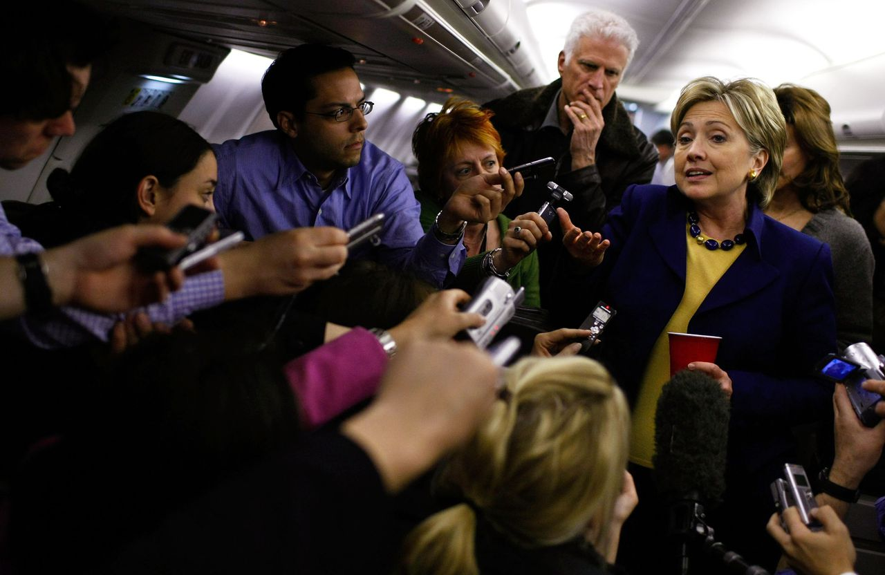 Nog één kans Vandaag móét Hillary Clinton de voorverkiezingen in Texas en Ohio winnen. pagina 4 en 5 Foto AFP Democratic presidential hopeful U.S. Sen. Hillary Clinton (D-NY) (R) and actor Ted Danson (2R) talk with reporters aboard her press plane before taking off March 2, 2008 in Cleveland, Ohio. With less than a week before the Texas and Ohio primaries, Hillary Clinton is campaigning through Ohio. Justin Sullivan/Getty Images/AFP =FOR NEWSPAPER, INTERNET, TELCOS AND TELEVISION USE ONLY= MORE ON IMAGEFORUM=