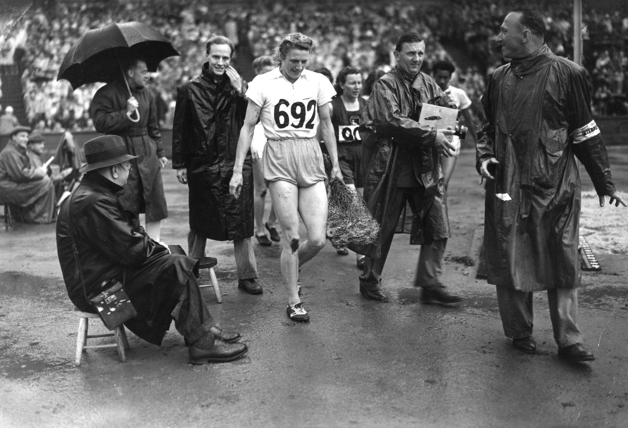 6 AUG 1948: OLYMPIC GAMES. FANNY BLANKERS KOEN SEEN LEAVING THE TRACK AFTER WINNING HER THIRD GOLD MEDAL IN THE 200M. SHE HAD PREVIOUSLY WON THE 100M AND THE 80M HURDLES. Foto: Hulton / Getty Images Olympische Spelen 1948