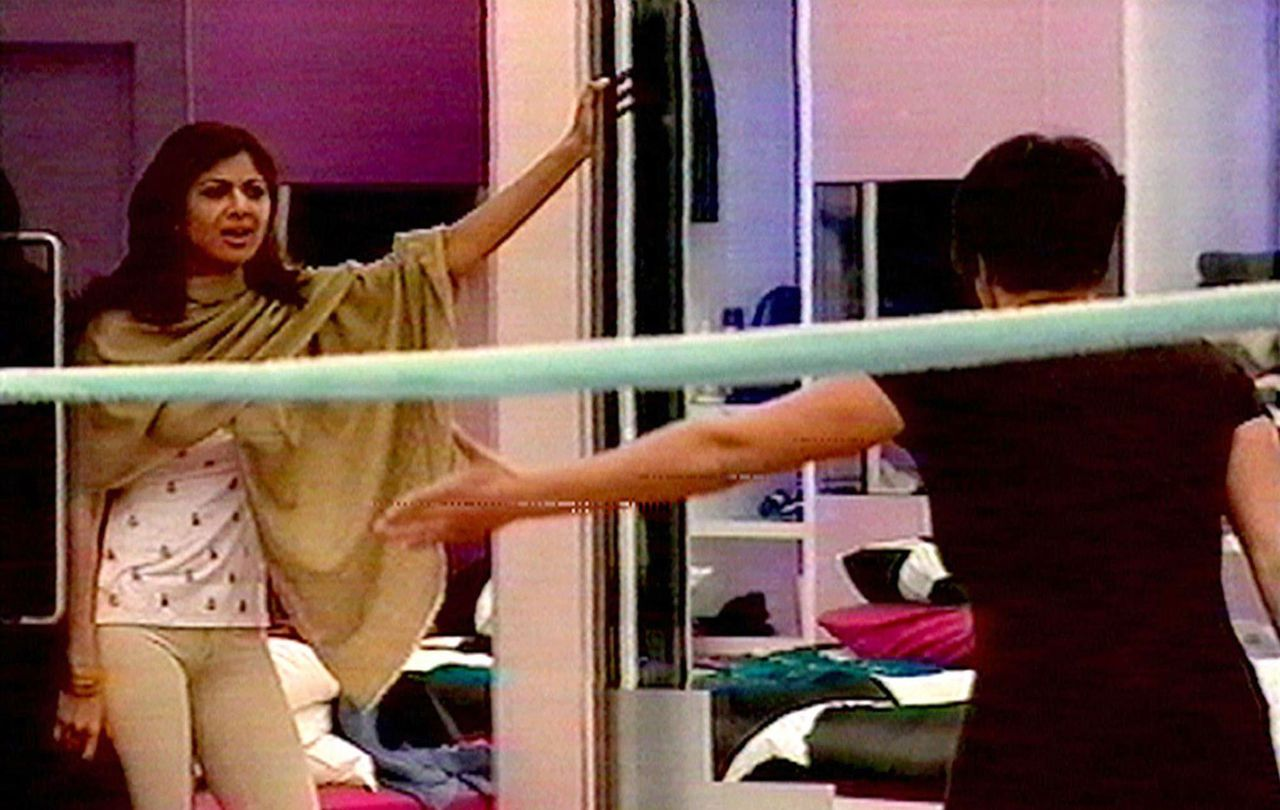 "Opname uit de Britse tv-serie Big Brother waarin Jade Goody, rechts, Shilpa Shetty kwetste. Foto AP In this image made from television Big Brother contestant Jade Goody, right, is seen with house mate Shilpa Shetty, left, during the British reality TV show ""Celebrity Big Brother"" Wednesday Jan. 17, 2007. An outcry over the alleged racist taunting of Indian film star Shilpa Shetty during a British reality TV show has threatened to become an international incident, with fans of the actress in India burning an effigy representing the program's producers and Prime Minister Tony Blair drawn into the furor. Bollywood star Shilpa Shetty, 31, has been repeatedly reduced to tears during ""Celebrity Big Brother"" by fellow contestant Jade Goody, who has called Shetty's cooking untrustworthy, mocked her accent and complained about her ""screeching."" (AP Photo/Channel 4/PA) ** UNITED KINGDOM OUT NO SALES NO ARCHIVE TV OUT INTERNET OUT **"