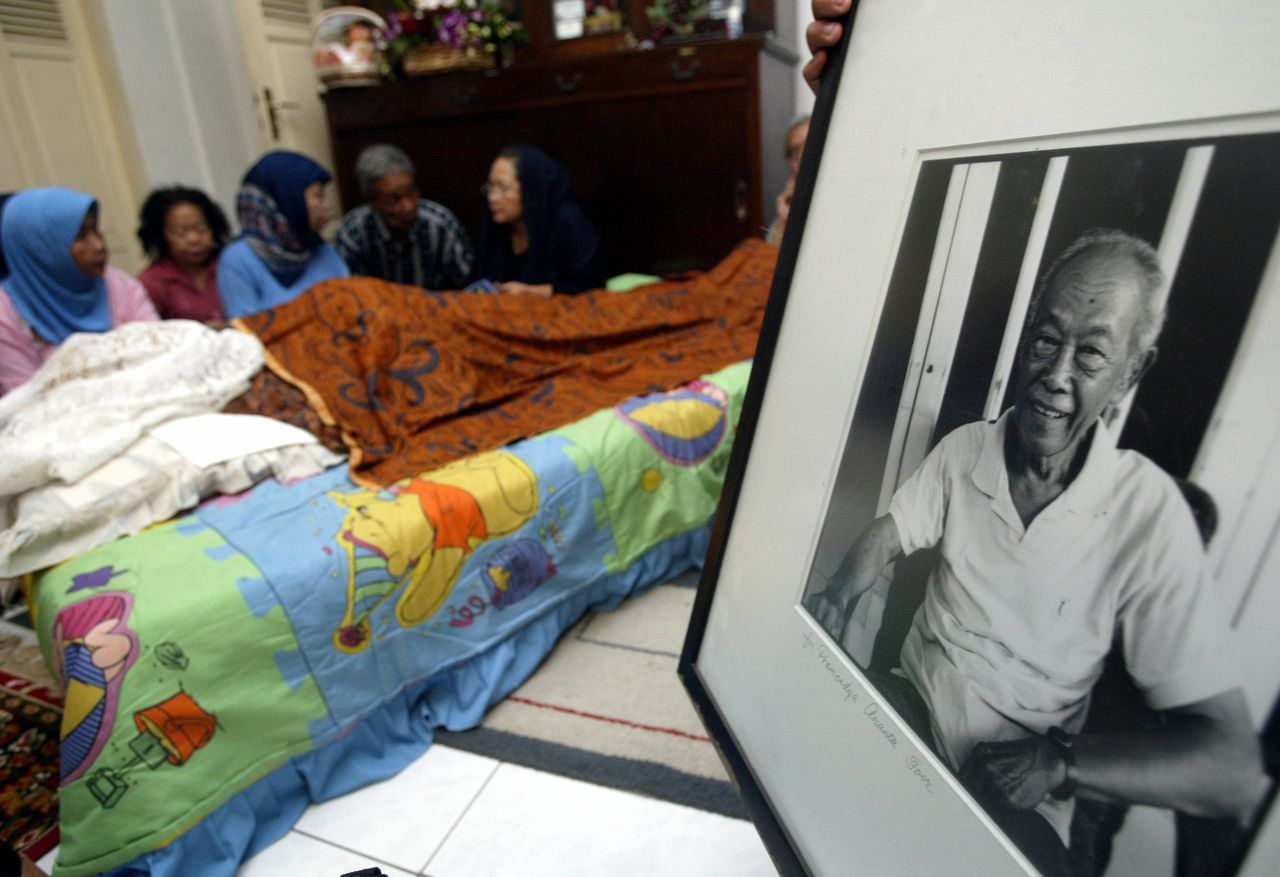 Vrienden en familie van Pramoedya Ananta Toer waken over het lichaam van de beroemde schrijver Foto Reuters Friends and relatives of Indonesia's best-known author and perennial Nobel candidate Pramoedya Ananta Toer pray in front of his body before his burial ceremony in Jakarta April 30, 2006. Pramoedya, who died on Sunday, was known for his anti-colonial novels and long history of persecution by past regimes. REUTERS/Crack Palinggi