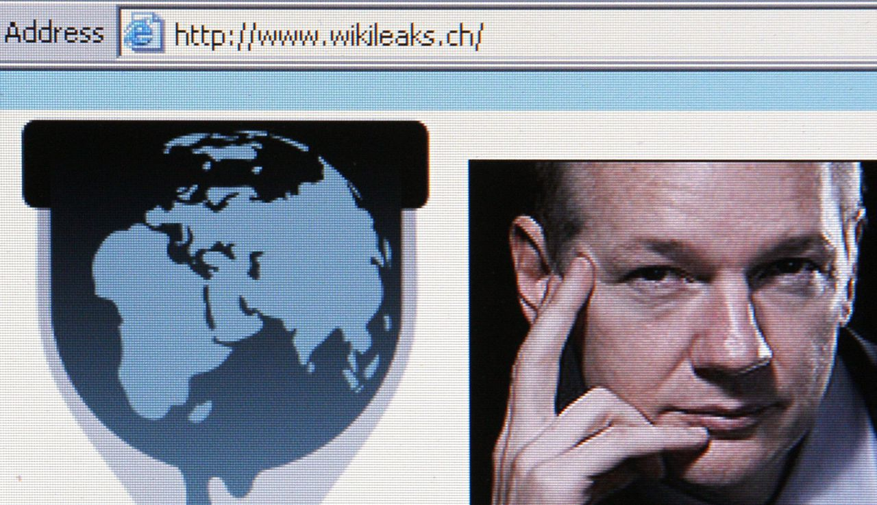 De website Wikileaks met frontman Julian Assange. Foto Reuters A screen shot of a web browser in Zurich displays the WikiLeaks website with a picture of its founder Julian Assange December 4, 2010. WikiLeaks has moved its website address to the Swiss http://wikileaks.ch on Friday after two U.S. Internet providers ditched it and Paris tried to ban French servers from hosting its database of leaked information. REUTERS/Christian Hartmann (SWITZERLAND - Tags: POLITICS SCI TECH)