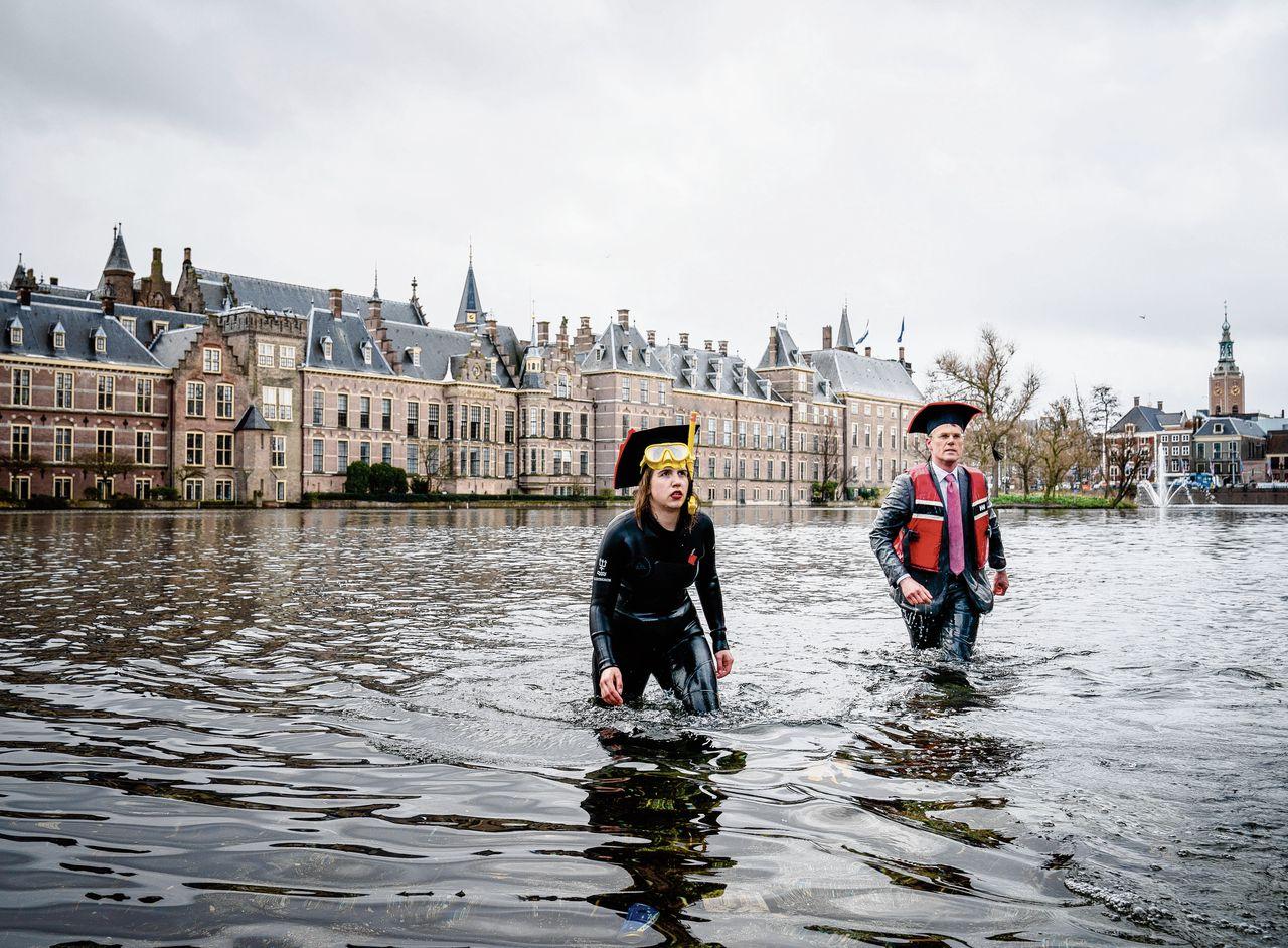 """Pieter Duisenberg van de VSNU en Freya Chiappino , vicevoorzitter van de LSVB in de Haagse Hofvijver, een ludieke lobby-actie voor meer geld voor het hoger onderwijs: """"Het water staat ons aan de lippen""""."""