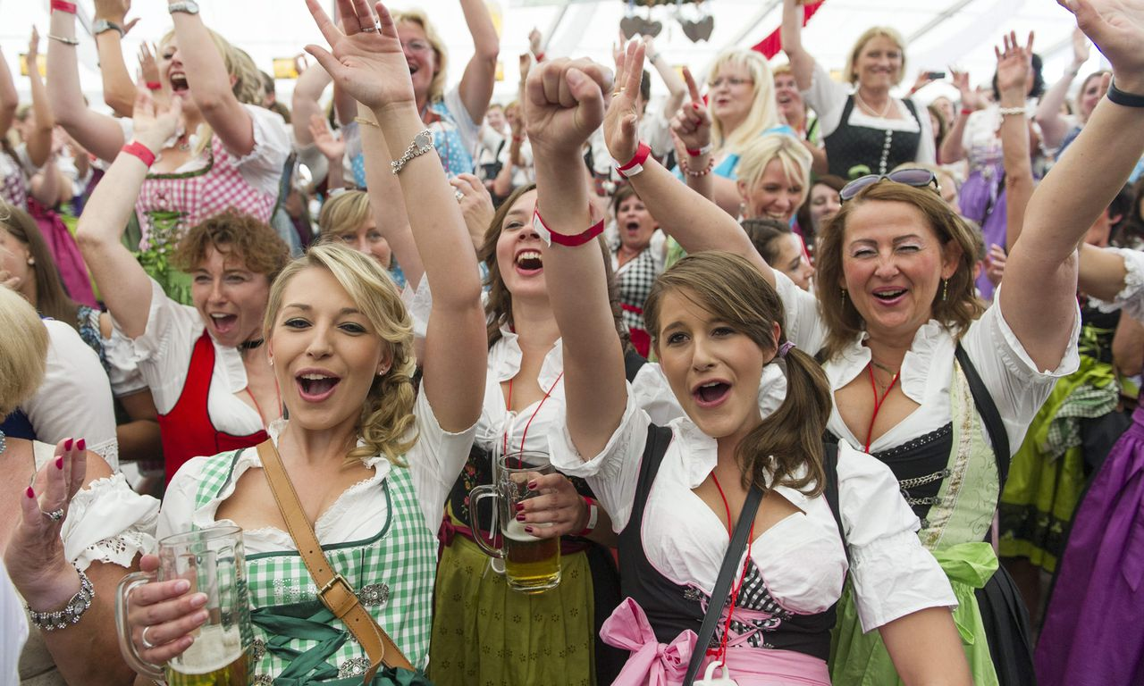 epa03786991 Participants of the Dirndl world record attempt celebrate in Speyer, Germany, 13 July 2013. During the pretzel feast the dirndl world record was broken with more than 1,900 people wearing traditional southern dress worn in Germany. EPA/Uwe Anspach