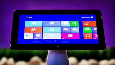 REDMOND - Een tablet met Microsoft Windows 8 tijdens een International Underground Tour op de Microsoft Campus in Redmond, Verenigde Staten. ANP KOEN VAN WEEL
