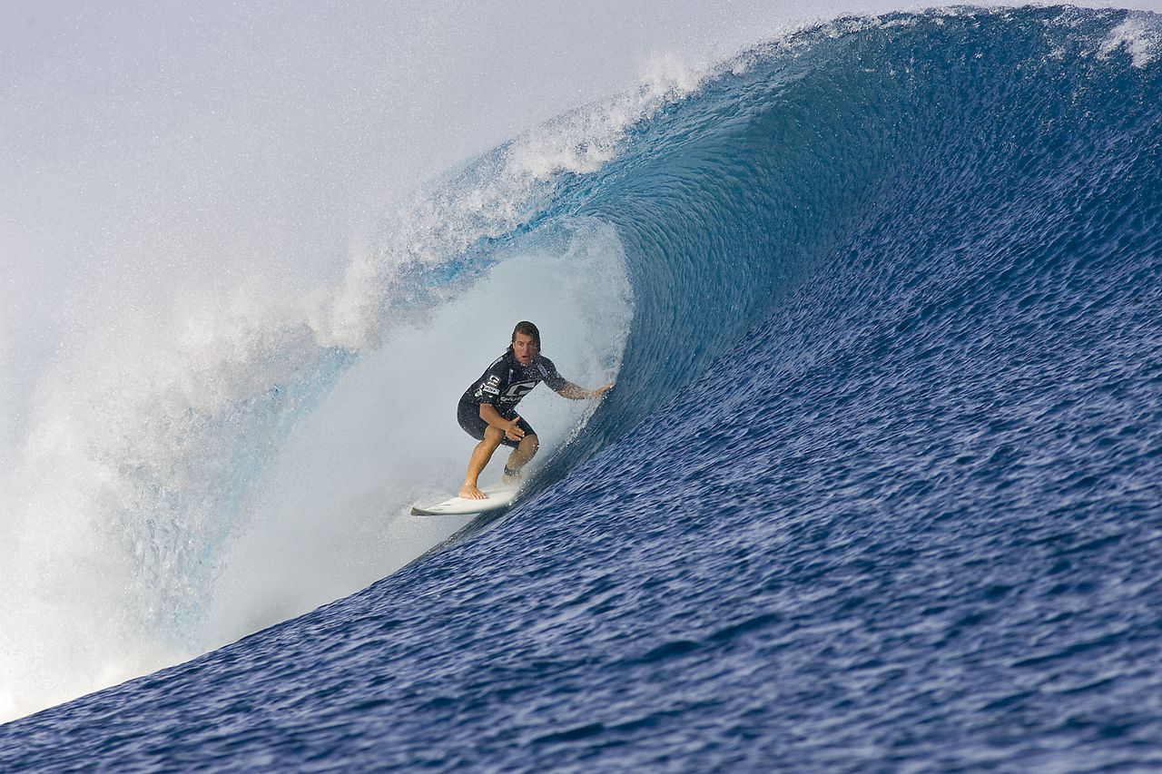 Foto AFP This handout picture taken on May 26, 2008 shows former Association of Surfing Professionals (ASP) world Champion and retired professional surfer Mark Occhilupo of Australia looking out from a barrel during a round 2 heat at the Globe Pro Fiji in Teahupoo. The Globe Pro Fiji is the fourth stop on the ASP World Tour and includes the world's top 45 full-time touring male professional surfers plus three wildcards. The event has a ten day waiting period but requires only four full days of competition to be completed. Occhilupo defeated fellow countryman Kai Otton to advance into Round 3. RESTRICTED TO EDITORIAL USE AFP PHOTO / COVERED IMAGES / ASP / SEAN ROWLAND