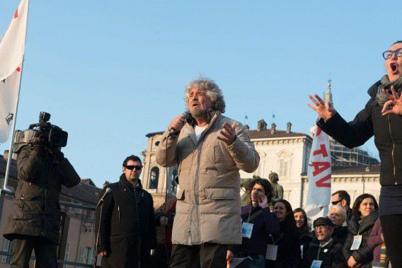 epa03587808 Beppe Grillo (C), an Italian comedian turned politician, that is the leader of 'Five Star Movement' party holds a campaign rally in Turin, Italy, 16 February 2013. According to recent polls his party could reach the 15 percent at the next national elections on 24 and 25 February 2013. EPA/ALESSANDRO DI MARCO