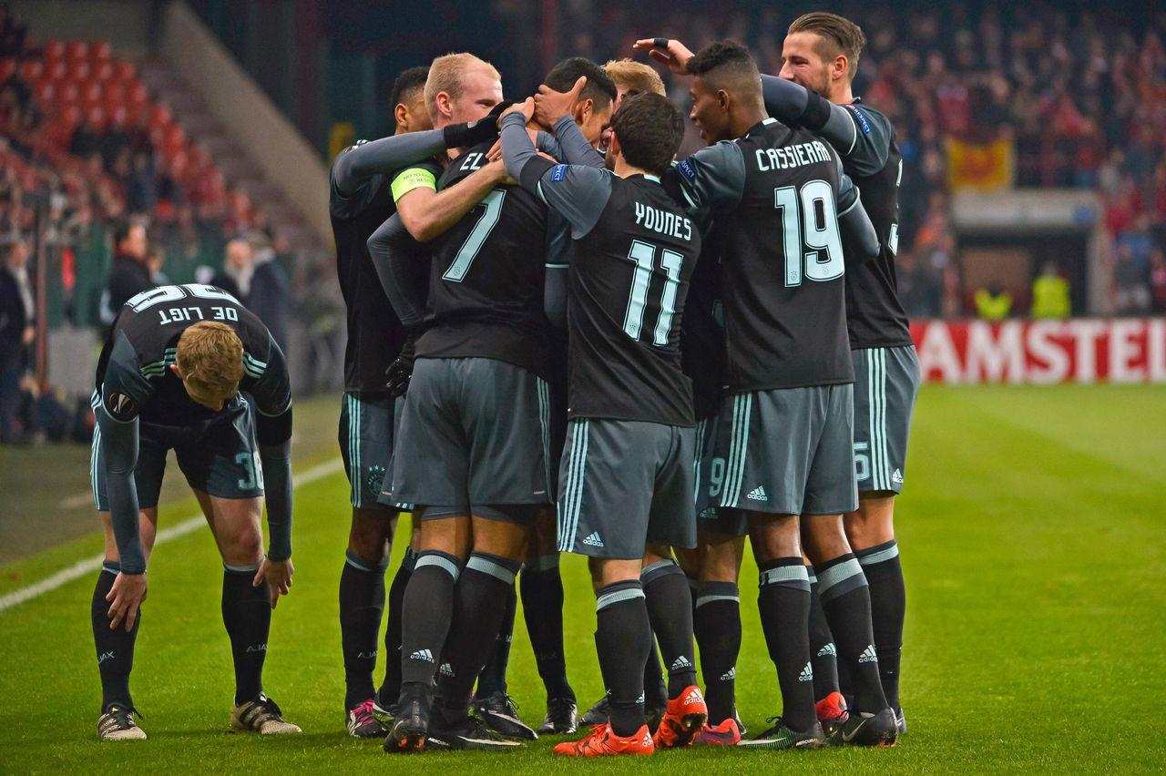 Ajax viert een doelpunt in de groepswedstrijd tegen Standard Luik.