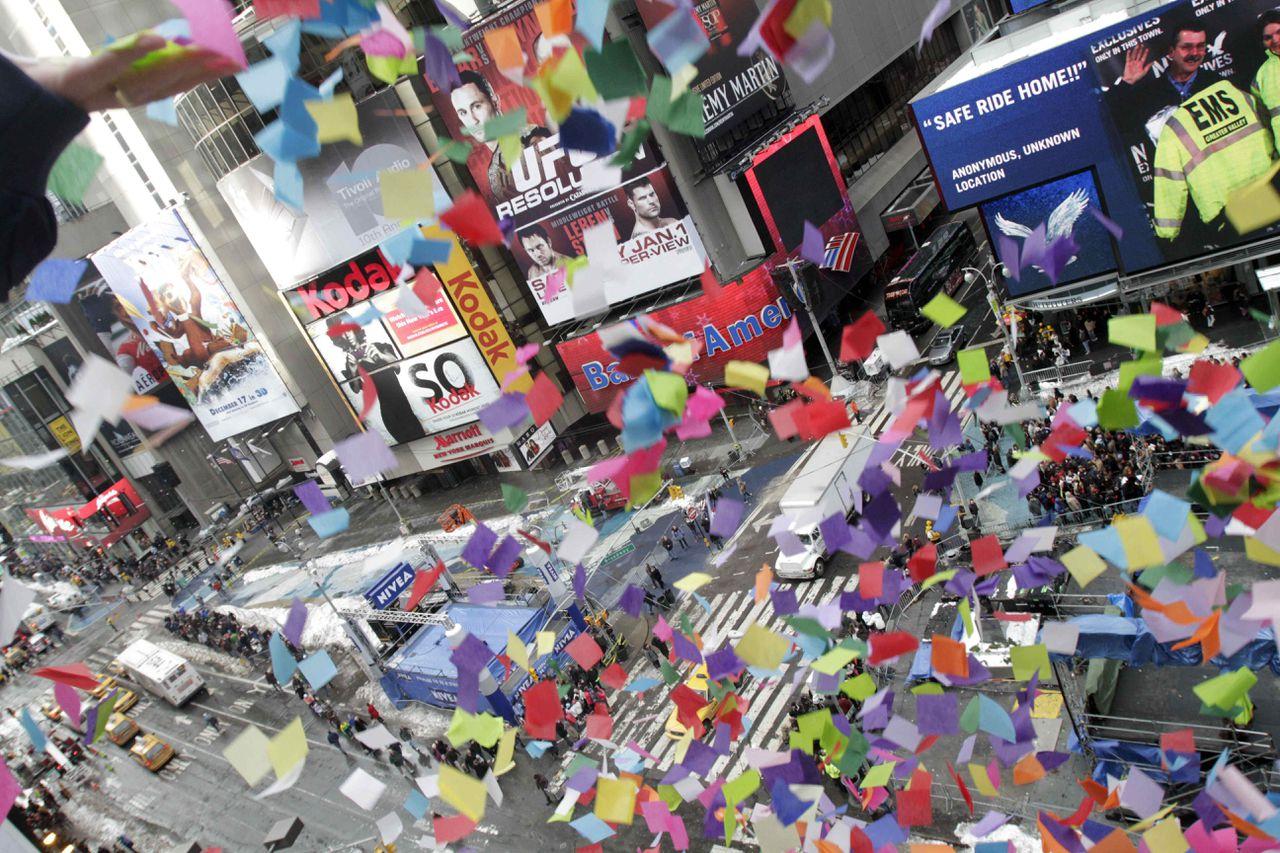 """New York. Een kleurrijke confettiregen daalt neer op Times Square tijdens de jaarlijkse 'luchtwaardigheidstest'. Gisteren 'testte' de organisatie het circa 1.450 kilo wegende pak confetti dat met Oud & Nieuw over New York zal worden uitgestrooid. Inwoners en bezoekers van de stad kregen tijdens deze generale repetitie de mogelijkheid om een wens op de confettistukken te schrijven. De teksten varieerden van """"Ik wil dat er een einde komt aan honger in der wereld"""" tot """"Ik hoop dat Miley Cyrus met me wil trouwen"""", zo meldt de organisatie. Traditioneel luidt een lichtgevende bal het nieuwe jaar in. Als die is neergedaald, barsten het vuurwerk en de confettiregen los. De nieuwjaarsviering op Times Square trekt jaarlijks ruim een miljoen bezoekers. New Year's Eve organizers conduct the annual """"air worthiness test"""" of the confetti used for Times Square New Year's Eve 2011, Wednesday, Dec. 29, 2010, in New York. (AP Photo/Mary Altaffer)"""