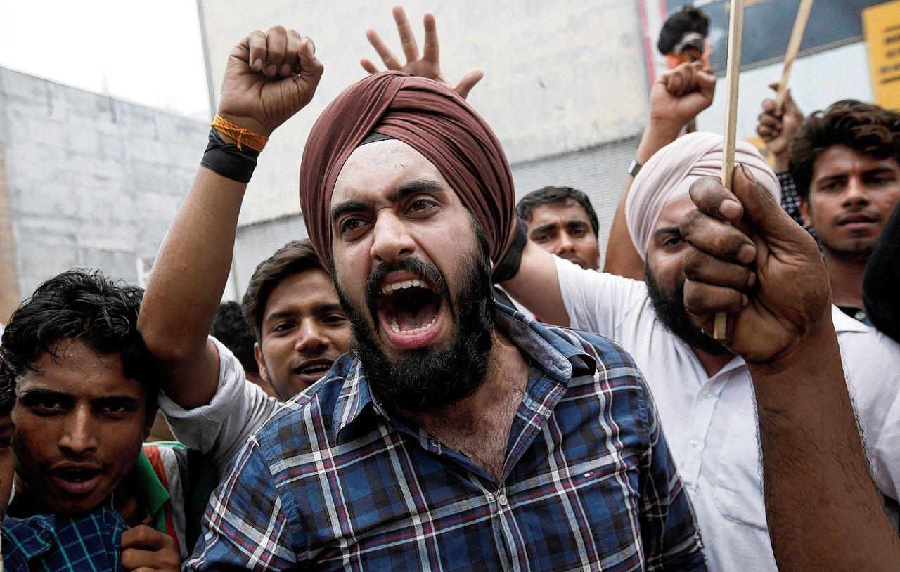 Meubelverkopers demonstreren in New Delhi tegen de invoering van een landelijk btw-tarief, dat in hun geval een verhoging van de btw op meubels betekent.