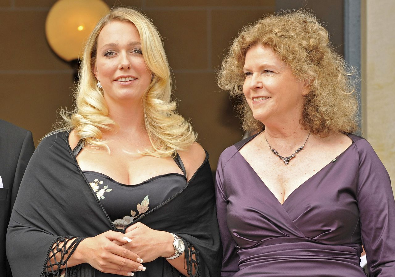 """Wagners achterkleindochters Katharina Wagner (links) en Eva Wagner-Pasquier Foto AFP Eva Wagner-Pasquier (R) and Katharina Wagner pose for photographers at the """"Festspielhaus"""" in the southern German city of Bayreuth on July 25, 2009. The prestigious Bayreuth Festival, the world's oldest and most famous summer music festival, is taking place from July 25 to August 28 and is the first to be managed by the great-granddaughters of composer Richard Wagner (1813-1883). AFP PHOTO DDP / JOERG KOCH GERMANY OUT"""