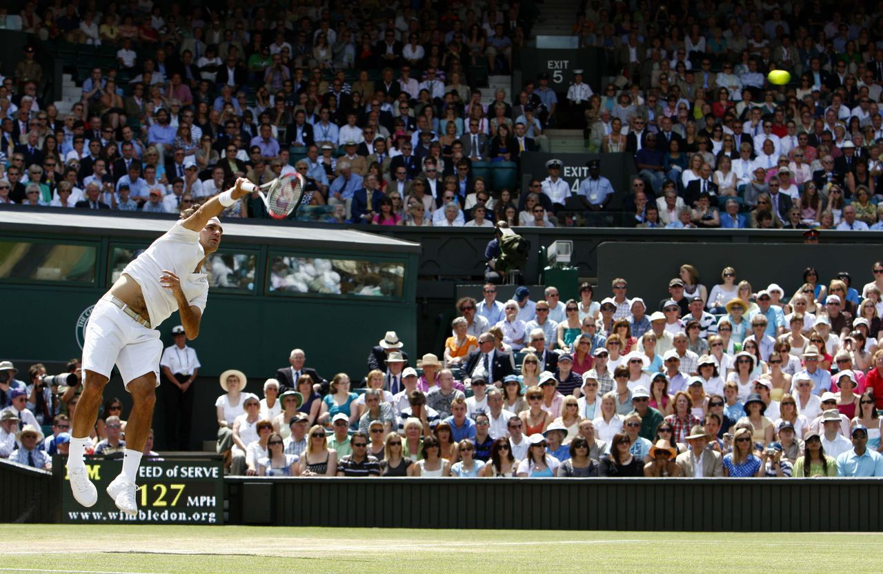 Roger Federer serveert in zijn partij tegen Marat Safin. Foto Reuters Roger Federer of Switzerland serves to Marat Safin of Russia during their semi-finals match at the Wimbledon tennis championships in London July 4, 2008. REUTERS/Alessia Pierdomenico (BRITAIN)