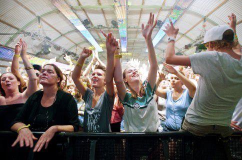 Publiek gaat uit z'n dak tijdens een optreden in de X-Ray-tent op Lowlands vorig jaar. Ook dit jaar staan er weer een hoop vernieuwende (dance-)acts geprogrammeerd in de X-Ray.