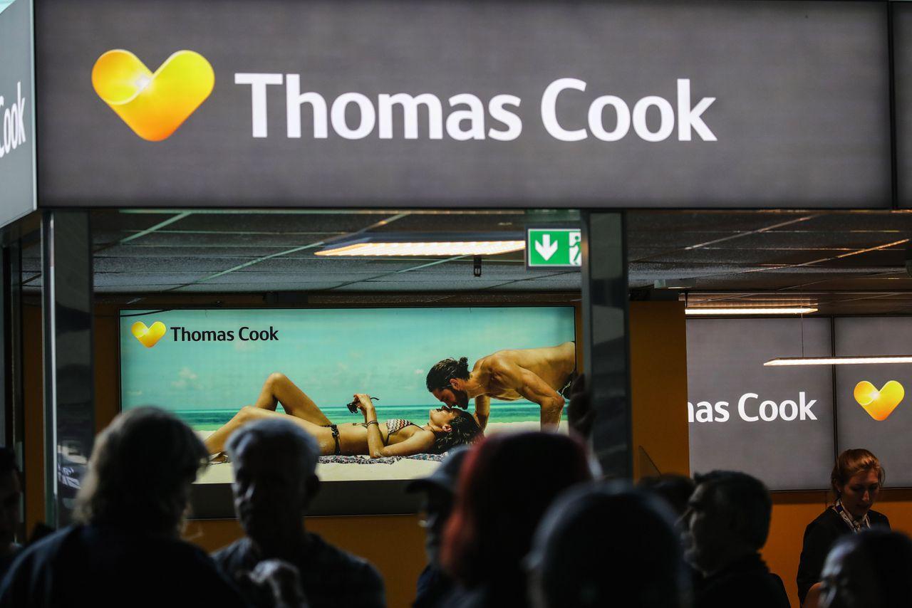 Passagiers begin deze maand bij een terminal van Thomas Cook Airlines op het vliegveld van Frankfurt am Main.
