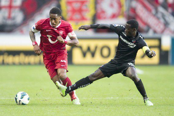FC Twente-speler Leroy Fer (L) in duel met Nana Asare van FC Utrecht.