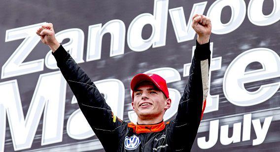 Max Verstappen juicht na het winnen van de Zandvoort Masters.