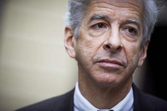 Minister Ronald Plasterk (PvdA) komt door de nieuwste onthullingen over de AIVD steeds meer onder vuur te liggen.