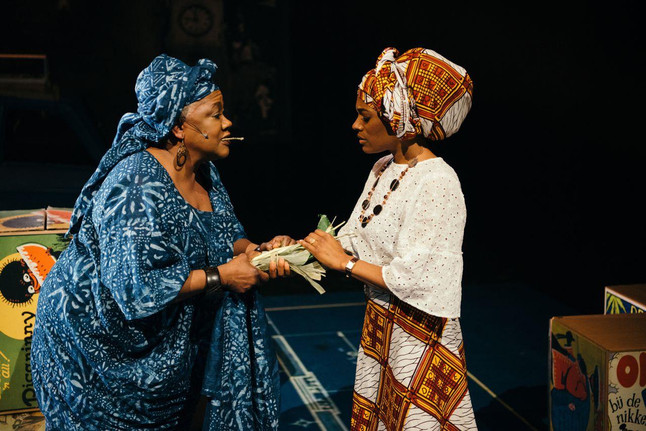 Joy Wielkens (rechts) als Beneatha en Jetty Mathurin als tante Fola in 'Beneatha's Place'.
