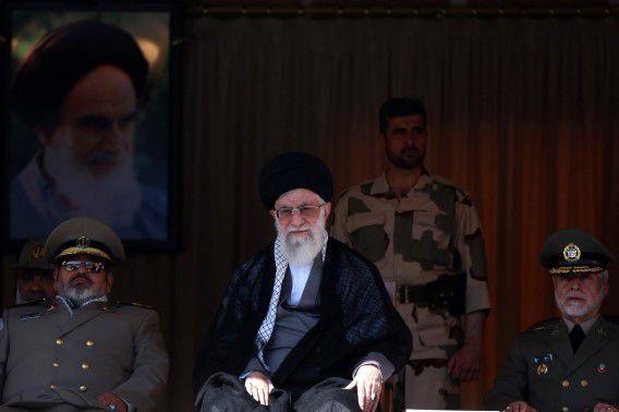 Foto van ayatollah Khamenei tijdens een bezoek aan de militaire academie van Teheran vandaag.