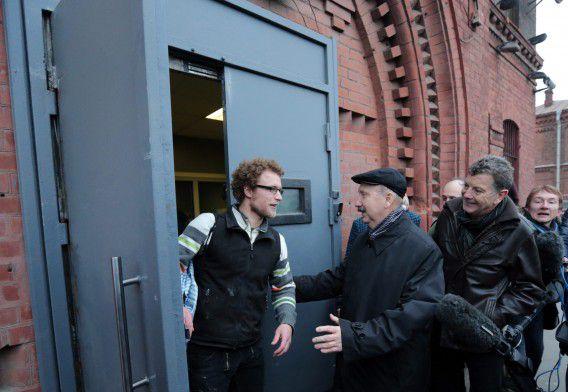 Greenpeace-activisten komen eind november vrij op borgtocht en verlaten de gevangenis van St. Petersburg.