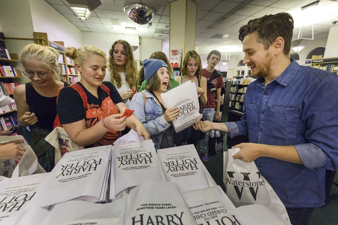 In boekhandel Waterstones aan de Kalverstraat in Amsterdam wordt om 1 uur s'nachts de verkoop van het nieuwe Harry Potterboek Harry Potter and the Cursed Child gestart.