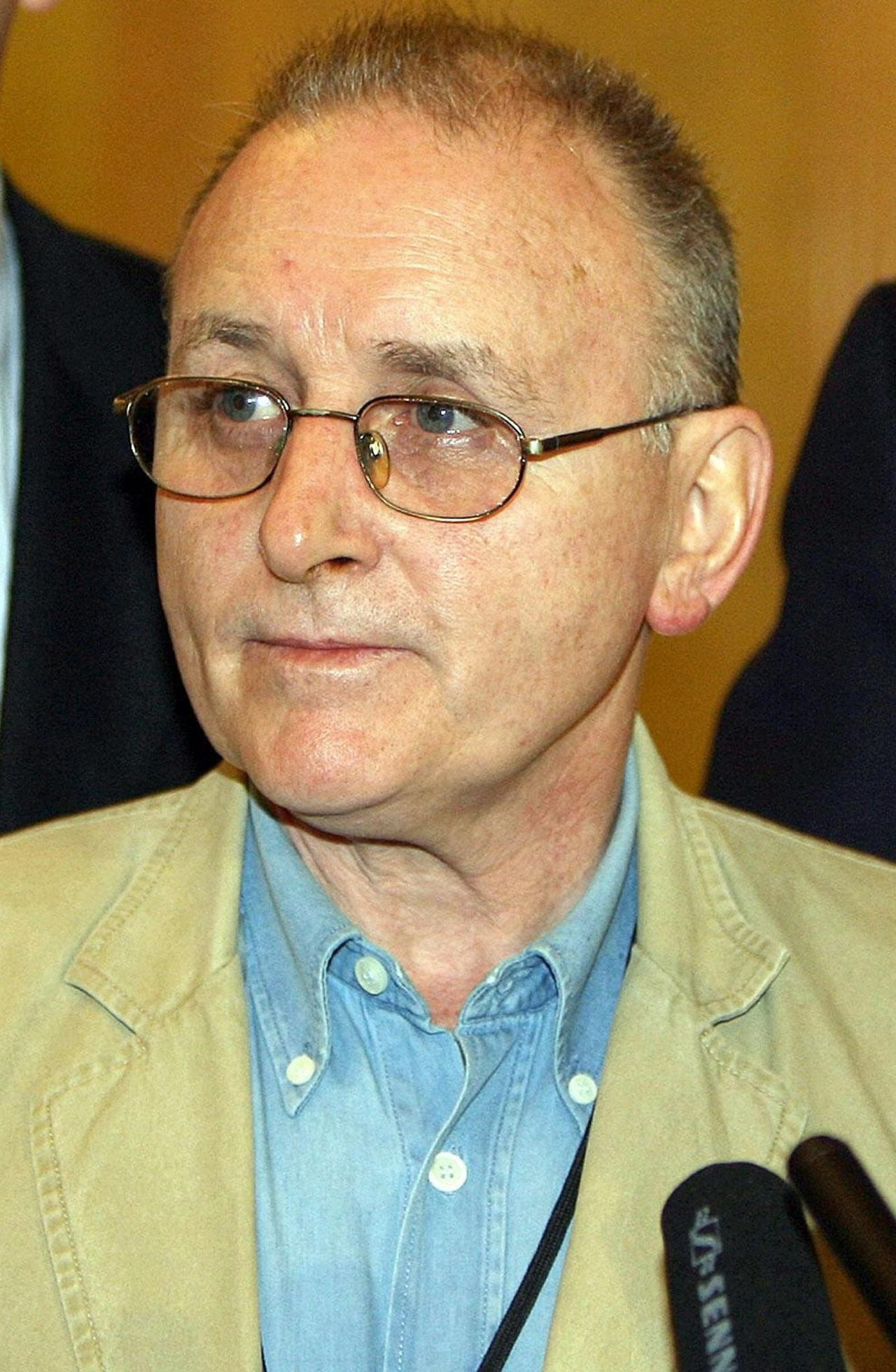 Denis Donaldson Foto AP ** FILE ** File photo dated Dec. 9 2005, of Denis Donaldson, former Sinn Fein party official, whose body was found in Co. Donegal, Ireland, it was confirmed Tuesday April 4, 2006. The former senior official of Sinn Fein recently exposed as a British spy has been found fatally shot in northwest Ireland, police and party sources said Tuesday. Donaldson, Sinn Fein's former legislative chief in Northern Ireland's power-sharing government, admitted in December he had been on the payroll of the British secret service and the province's anti-terrorist police for the previous two decades. (AP Photo / Paul Faith, PA) ** UNITED KINGDOM OUT NO SALES NO ARCHIVE **