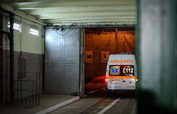 Adrian Nastase arriveert per ambulance in de streng beveiligde Rahova-gevangenis in Boekarest .