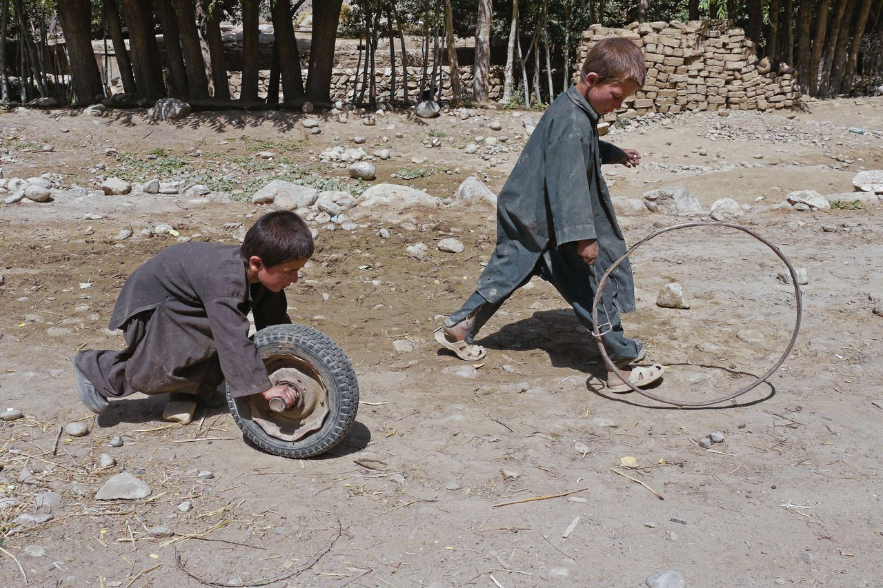 Francis Alÿs, still uit Children's Game 11 / Wolf and Lamb, Yamgun, Afghanistan, 2011