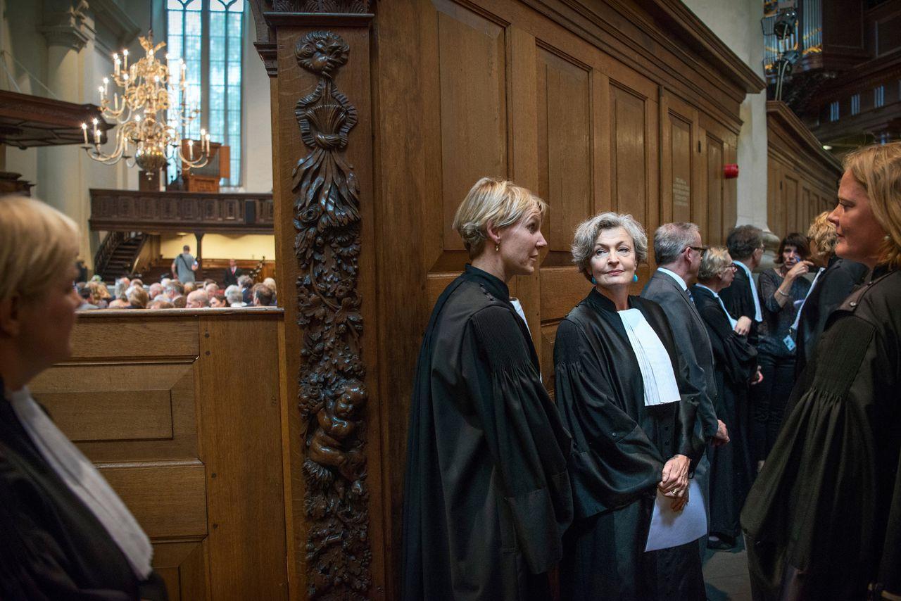 Maria van de Schepop (met het papier in haar hand) bij haar installatie als rechtbankpresident in 2017.