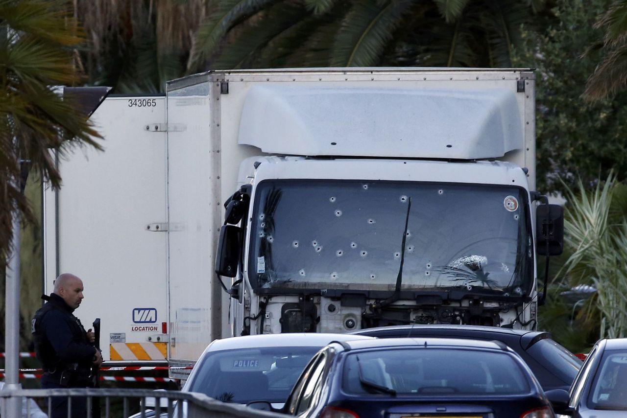 De vrachtwagen die op de mensen inreed op de Promenade des Anglais in Nice.