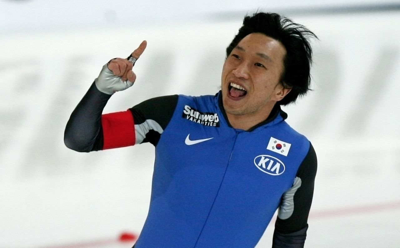 """Lee tijdens de WK sprint in Hamar, in 2007. (Foto Soenar Chamid) South Korea's Lee Kyou-Hyuk reacts after his second men's 500 meters World Sprint Speed Skating Championships race at the former Olympic """"viking Ship"""" hall in Hammar, January 21, 2007. REUTERS/Jerry Lampen (NORWAY)"""