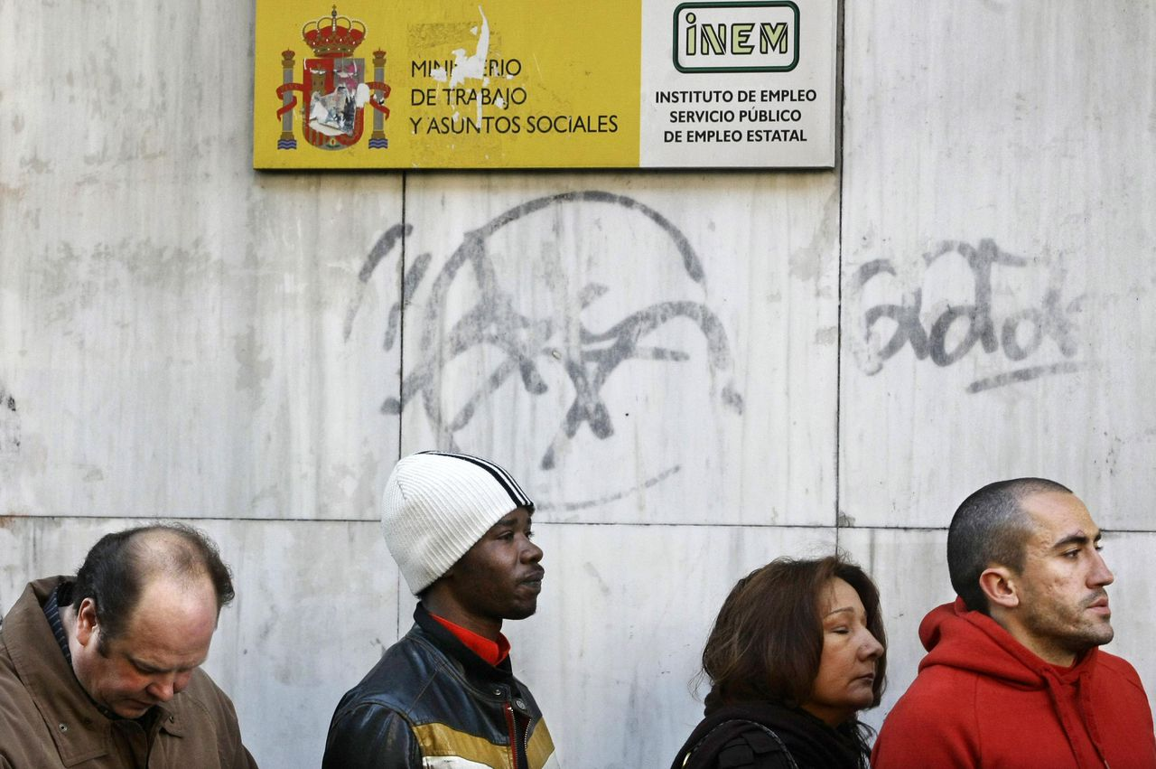 Een rij voor het arbeidsbureau in Madrid, november 2008. Foto's Reuters People queue outside a government job centre in Madrid November 6, 2008. The number of Spaniards out of work leapt to a 12-year high in October, marking the worst level in the euro zone, as financial market turmoil hit Spain's labour market harder than any other in the currency bloc. REUTERS/Susana Vera (SPAIN)