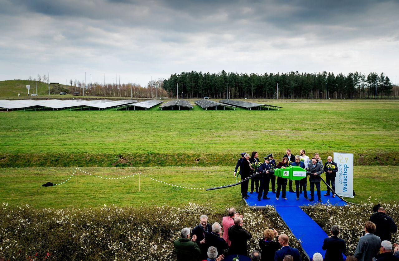 De opening in 2019 van Zonnepark Welschap op Koninklijke Luchtmacht-vliegbasis Eindhoven. Het zonnepark telt ruim 10.000 zonnepanelen.