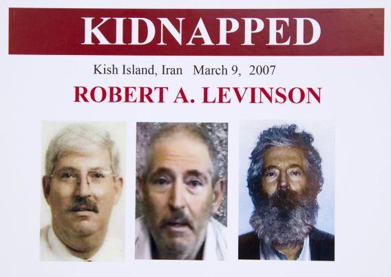 Een poster van de FBI met agent Robert Levinson. Rechts is een foto van hoe hij er na vijf jaar ontvoering uit zou moeten zien. De middelste is een foto afkomstig van zijn ontvoerders. links een foto van voor zijn ontvoering.