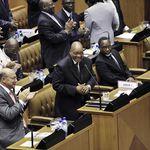 Zuma krijgt applaus in het parlement. (Foto Reuters)