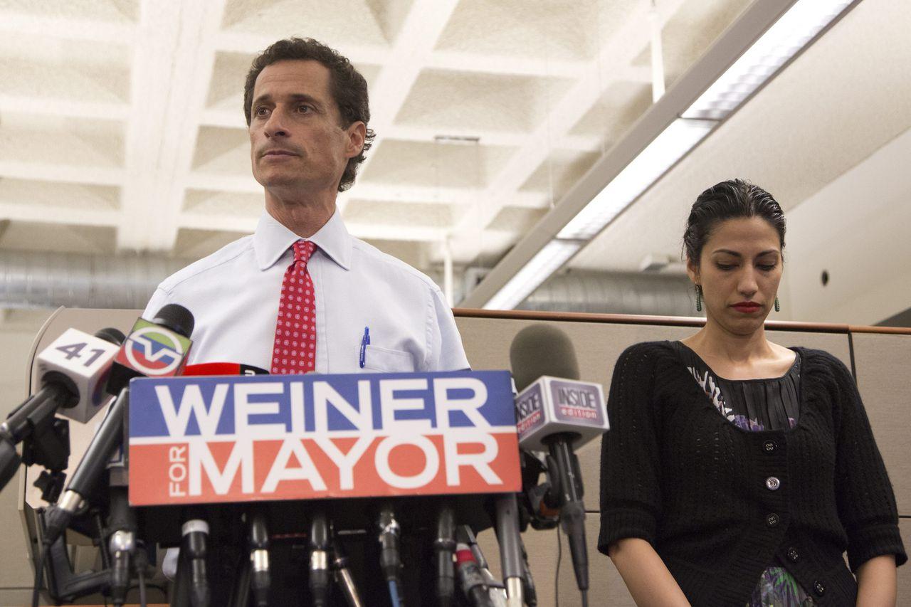 Anthony Weiner met zijn toenmalige vrouw Huma Abedin in 2013