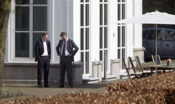 Premier Mark Rutte, vice-premier Maxime Verhagen en CDA-fractievoorzitter Sybrand van Haersma Buma op het terras van het Catshuis eerder in de tussenformatie. Foto Hollandse Hoogte / Martijn Beekman