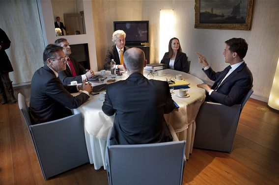 De onderhandelaars op de eerste dag van de besprekingen in het Catshuis op 5 maart.