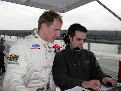 Charles Zwolsman (links) bekijkt testresultaten. Foto CART