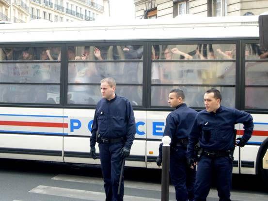 Heftig! Ik was met mijn vader 2 nachtjes in Parijs. We hadden een eind gelopen en we waren ondertussen op een plein (hoek rue du Cardinal en de rue Monge), ik had een glas ice tea op en had net een glas water besteld. Opeens zagen we een politiebus stoppen (nogal gewoon in Parijs) maar dit keer was het minder gewoon want de ME kwam eruit. Toen keek ik verder in de straat en er stonden wel duizend (overdreven) politiebussen. Toen hoorden we (zagen we) een kring met studenten die iets riepen, maar we wisten niet wat. Er kwamen veel mensen op af, ik bleef zitten en papa ging kijken. Ik ben altijd een beetje bang want papa is journalist en die zijn meestal wel nieuwsgierig dus was ik bang dat hij opgepakt zou worden. Maar opeens kwamen de studenten onze kant op en konden we verstaan ze zeiden: laat onze kameraad vrij. Mijn vader maakte een foto van een politieagent maar die vroeg of hij dat niet wilde doen. Er ontstond een file. Er was al een bus langs gekomen die op de andere kant van de hoek stil moest staan. De mensen die er in zaten bleven zitten, maar na een tijd moesten of gingen ze er uit. Ik had dat glaasje water besteld, maar ik dronk in 1 minuut maar 1 slok, natuurlijk omdat ik het zo indrukwekkend, spannend en interessant vond. De bus mocht ondertussen rijden wel 1 dikke vette meter. Ver hé. Toen kwam er meer ME uit de bussen. Toen zei papa dat ze de straat schoon gingen vegen. Toen zei ik: maar, wat is dat? Papa zei: nou, dan gaan ze heel ruw alle mensen weg duwen. Wij gingen terug naar ons hotel en de dag ging gewoon weer rustig verder. Maar ik heb nog nooit zo iets heftigs meegemaakt. Charlie van Dijl, 10 jaar, uit Rotterdam