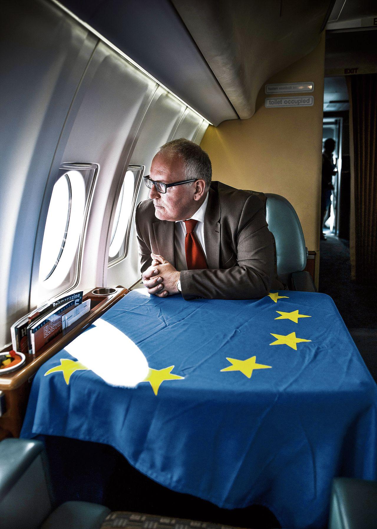Toen nog minister Frans Timmermans, in mei 2014 aan boord van een regeringsvliegtuig op weg naar Servië.
