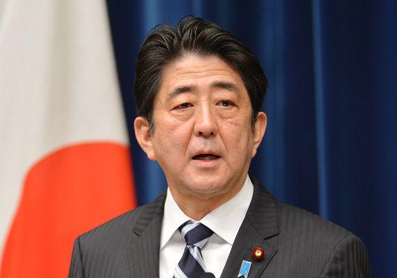 Japanse premier Shinzo Abe maakte tijdens een persconferentie bekend miljarden te investeren in de hoop de economie uit de recessie te trekken.