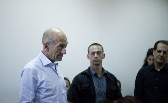 Ehud Olmert (links) arriveert in het gerechtshof in Jeruzalem, september 2012.